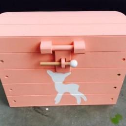 houten speelgoedkistje met hertje roze