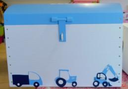 opgeruimde speelhoek met speelgoedkist