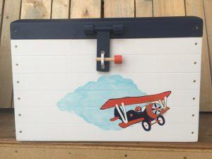 speelgoedkist met dubbeldekker vliegtuig
