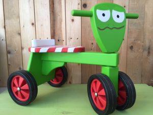 houten loopfiets kikker | geschilderd kraamcadeau kids wonen